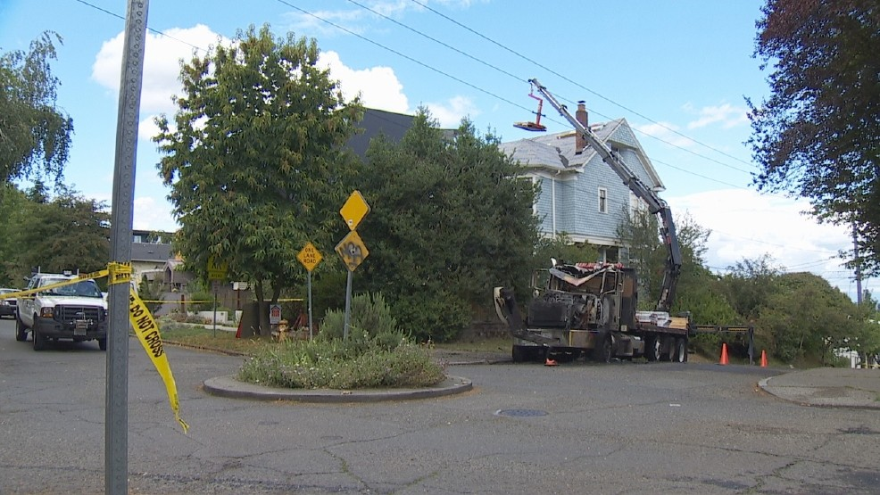 Crane strikes power line, creates widespread outage in Seattle | KOMO