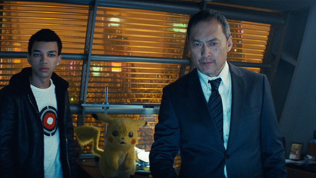 a47a96ed (L-R) JUSTICE SMITH as Tim Goodman, Detective Pikachu (RYAN REYNOLDS) and  KEN WATANABE as Lieutenant Hide Yoshida in Legendary Pictures' and Warner  Bros.
